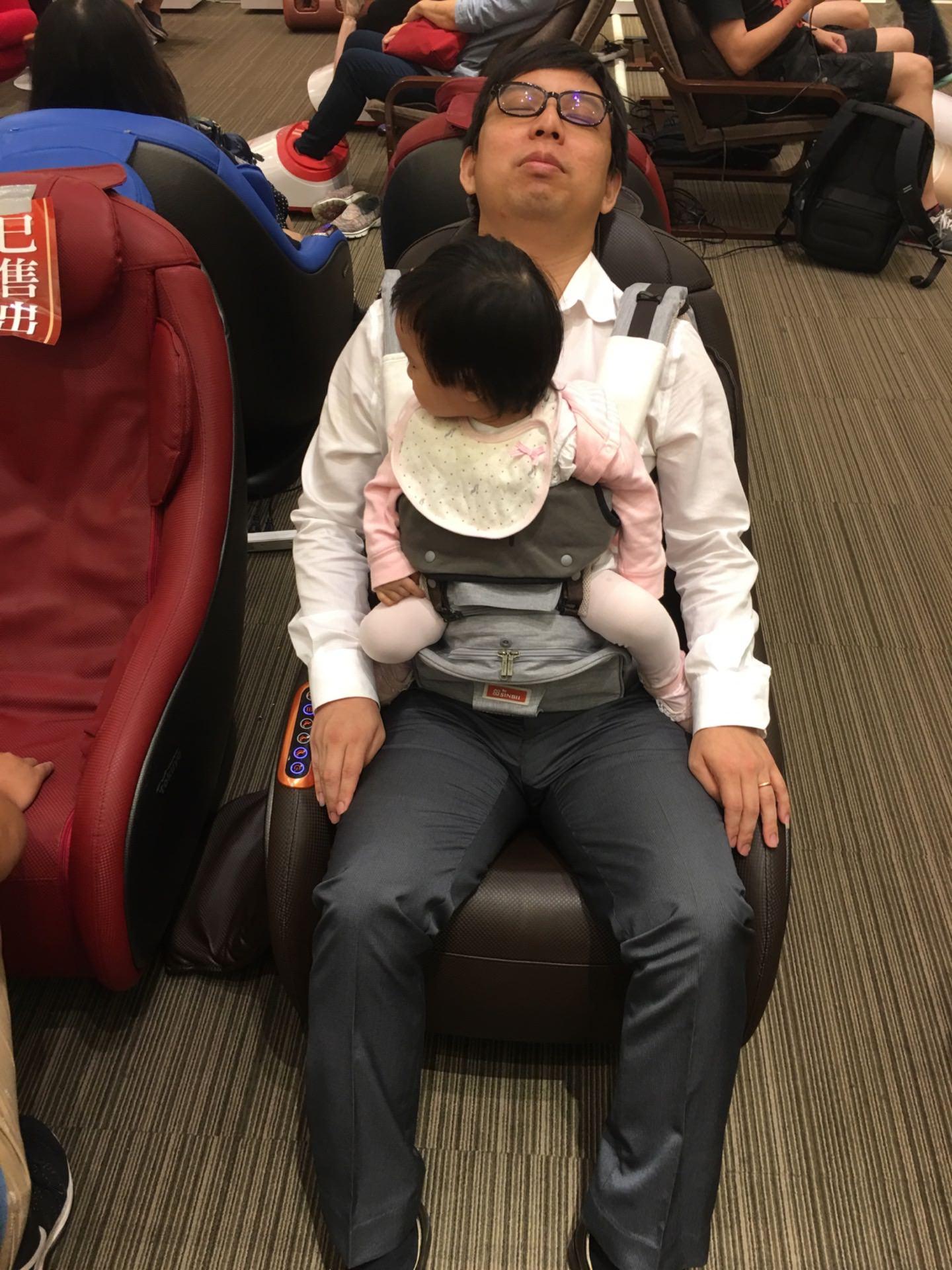 小芊比:喂 爸爸 怎麼東坐西坐 你正在體驗耶