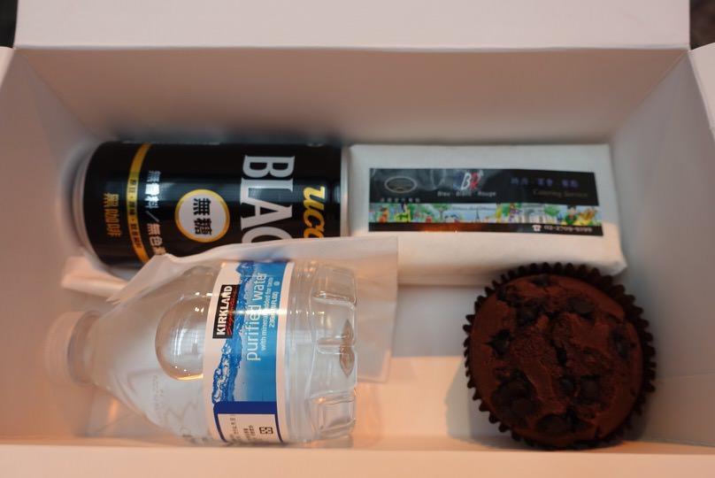 蛋糕、三明治、水跟黑咖啡